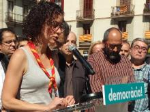 Núria Montanyà intervenint a la roda de premsa organitzada per Òmnium Cultural